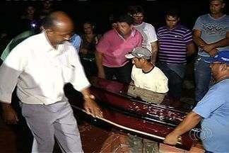 Corpo de jovem encontrada morta em pedreira é enterrado em Jataí - O velório durou apenas dez minutos devido ao avançado estado de decomposição que o corpo foi encontrado em uma pedreira de Goiânia. O enterro ocorreu logo que o corpo chegou à cidade do interior goiano, por volta das 19h30 de sábado (19).