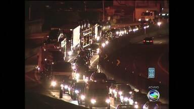 Volta do feriado deixa rodovias do sul do Rio com trânsito lento - Obra na via Dutra, na altura de Resende, deixa trecho com 19 kms de congestionamento.