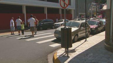 Motoristas desrespeitam leis de trânsito em Serra Negra - Na cidade, é possível flagrar paradas em fila dupla, carros parados em faixa de pedestre e outras infrações.