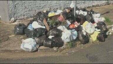 Greve de coletores faz lixo acumular nas ruas de Piracicaba - Empresas particulares são contratadas para retirar os materiais.