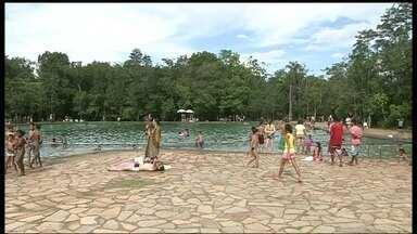 Muita gente aproveita o feriado para se refrescar na piscina - Dia também foi de preguiça, ideal para descansar na rede ou deitar no chão. Algumas pessoas também aproveitaram para fazer um pic-nic.