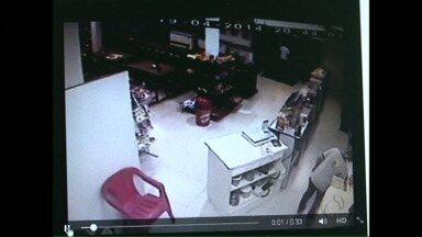 Ladrões assustados assaltam padaria em Francisco Beltrão - Câmeras de segurança flagram roubo a uma padaria em Francisco Beltrão.