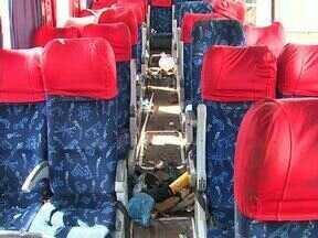 A volta pra casa teve muitos acidentes no Paraná - Um ônibus tombou na BR 369, perto de Bandeirantes. Foram 8 mortes e mais de 30 passageiros feridos. E entre Rolândia e Cambé, duas pessoas que estavam numa moto morreram. As fotos desse acidente foram cedidas pelo Portal Cambé.