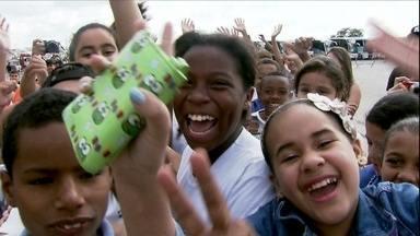Crianças visitam a Arena Corinthians - Neste sábado (26), aconteceu o primeiro teste no estádio que vai receber a abertura da Copa do Mundo no Brasil, daqui a 47 dias. Milhares de crianças passaram a manhã experimentando os banheiros e as cadeiras.