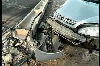 Motorista bate carro e derruba poste na Avenida das Nações em Petrolina - Ninguém ficou ferido