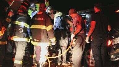 Mulher fica presa entre as ferragens após acidente na rodovia SP-215 - Mulher fica presa entre as ferragens após acidente na rodovia SP-215