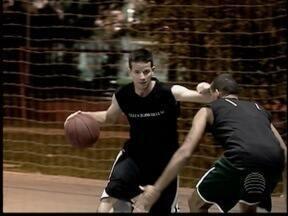 Turma se encontra nas quadras do Parque do Povo para jogar basquete - Amigos mandaram a foto para o GloboEsporte.com e estão no 'Praticando Esporte'.