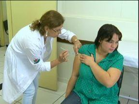 Autoridades de saúde alertam: vacina contra gripe demora alguns dias pra fazer efeito - Por isso, quanto antes for feita a imunização, maiores as chances de não ter complicações por causa do vírus no inverno rigoroso. Esse é um dos destaques do Paraná TV, que tem muito mais pra você.