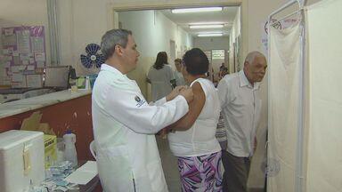 """Campinas vacina 46 mil contra gripe em 'Dia D' e atinge 19% da meta - O """"Dia D"""" de vacinação contra a gripe, realizado neste sábado (26) em todo o Estado, teve como resultado aproximadamente 46 mil pessoas imunizadas em Campinas (SP)."""