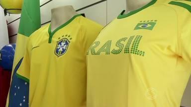Copa do Mundo impulsiona venda de camisas de seleções em Volta Redonda, RJ - Peças do Brasil são as que mais saem; outros itens também fazem sucesso entre os torcedores.
