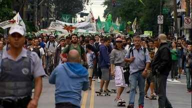 Marcha da Maconha conta com a presença de três mil pessoas em São Paulo - Os manifestantes se reuniram no vão do Masp e depois saíram em passeata levando cartazes e faixas. A polícia acompanhou a caminhada, que foi pacífica.