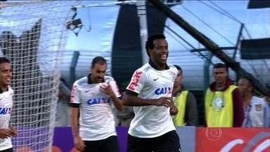 Corinthians vence o Flamengo na despedida do Pacaembu - Na segunda rodada do Campeonato Brasileiro, Série A, o Internacional e o Vitória venceram fora de casa. O Cruzeiro empatou com o São Paulo em 1 a 1. O Botafogo conseguiu arrancar o empate em 2 a 2 com o Internacional.