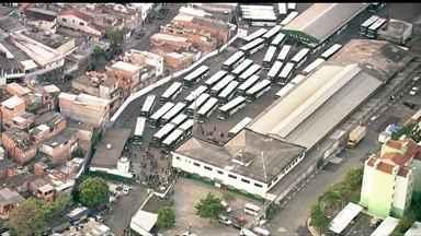 Paralisação dos ônibus causa transtornos no transporte público de São Paulo - A semana começa com problemas no transporte público da maior cidade do país. Mais de 300 ônibus não saíram da garagem em São Paulo. Funcionários fizeram uma paralisação e milhares de passageiros ainda estão sem transporte.