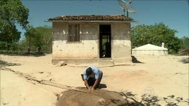 Agricultores são presos ao vender água roubada no agreste de Alagoas - Além de faltar carro-pipa, tem o roubo de água em pleno agreste. Sete agricultores foram presos no fim de semana. Eles vendiam a água roubada para uma comunidade que sofre justamente com a seca prolongada.
