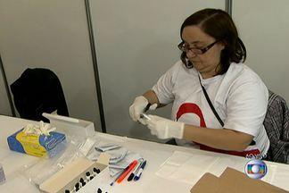 Campanha oferece testes de HIV gratuitos via oral no Centro de SP - A Campanha Fique Sabendo, da Secretaria Municipal da Saúde, oferece testes de HIV gratuitos na Praça da República. O objetivo é alertar a população sobre a importância do sexo seguro e o diagnóstico precoce do HIV.