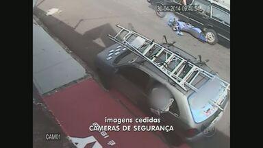 Vídeo mostra moto arrastada por carro após discussão de trânsito em São Carlos - Vídeo mostra moto arrastada por carro após discussão de trânsito em São Carlos (SP).