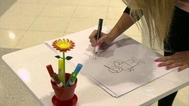 Aline Prado pergunta ao público o que é ser feliz - Repórter pediu para pessoas desenharem a 'felicidade'