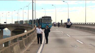 Taxista é atingido por bala perdida e grupo fecha a Terceira Ponte, no ES - Bala perdida atingiu o taxista na saída de casa de shows em Vila Velha.Um PM à paisana efetuou os disparos para controlar briga no local.