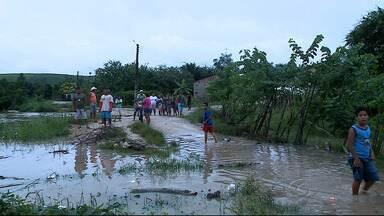 Nível do Rio Manguaba aumenta e preocupa moradores do município de Jundiá - Nível do rio que subiu e pode invadir as casas.