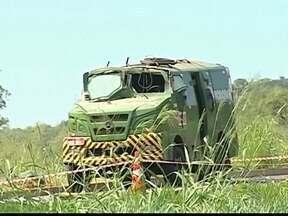 Ladrões explodem carro-forte, roubam veículo e fogem em MG - Vigilantes do carro forte conseguiram fugir sem ferimentos. Suspeitos armados abordaram dois carros de passeio na BR-050.