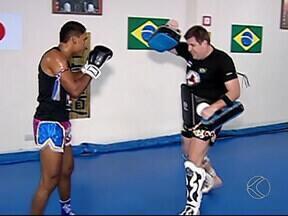 Lutador de Muay Thai de Uberlândia se prepara para tentar cinturão - Campeão mineiro, Natanael Dias vai enfrentar o número um do ranking brasileiro. Luta está marcada para dia 10 de maio, em Brasília