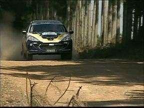 Etapa do paranaense de Rally reúne pilotos de todo o Estado - A prova teve 90 quilômetros e passou por estradas rurais de Ponta Grossa.