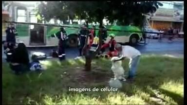 Ônibus se chocam em Ceilândia - Dois ônibus bateram neste sábado (3) no centro de Ceilândia. Um telespectador gravou o socorro às vítimas do choque.