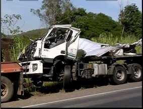 Duas vítimas são identificadas do acidente envolvendo uma carreta e um ônibus - Acidente ocorreu próximo a Santanta do Paraíso.
