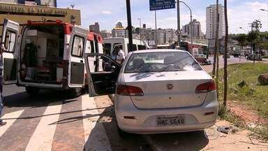 Três pessoas ficam feridas em batida na Av. Cristiano Machado, em BH - Motorista contou à polícia que carro ficou sem freios. Para evitar acidente mais grave, jogo veículo contra um poste.