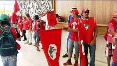 Movimentos sociais fazem protesto por moradia em São Paulo - Manifestantes dos movimentos dos sem-terra e dos sem-teto realizaram uma ´serie de manifestações simultâneas em São Paulo. Eles pedem a construção de casas populares. Integrantes do Movimento dos Sem-teto são recebidos pela presidente.