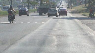 Asfalto irregular poderia ser evitado - O asfalto fora de nível também é problema nas áreas urbanas. Mas essas falhas podem ser evitadas. Técnicos explicam como isso pode ser feito.
