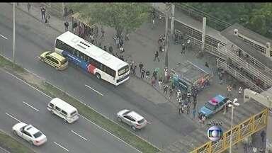 Motoristas e cobradores de ônibus fazem nova greve no Rio - Motoristas de ônibus e cobradores anunciaram paralisação de 48 horas na cidade do Rio de Janeiro. Muitos passageiros estão sem o transporte público na capital fluminense.