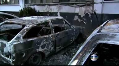 Carros são queimados por bandidos no pátio de delegacia - Na zona leste de São Paulo, criminosos queimaram carros apreendidos em uma delegacia. Onze carros foram incendiados no começo da madrugada desta terça-feira (13).