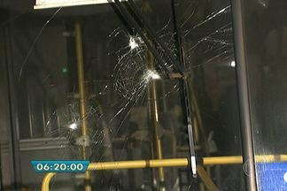 Cerca de 20 pessoas tentam incendiar ônibus na Zona Sul da capital - O ataque aconteceu em Cidade Ademar. O grupo de mascarados atacou pedras nos vidros do ônibus. Depois, jogou gasolina no corredor do veículo e fugiu.