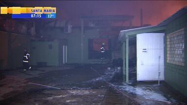 Incêndio de grandes proporções destrói loja no Centro de Viamão, RS - Ninguém ficou ferido.
