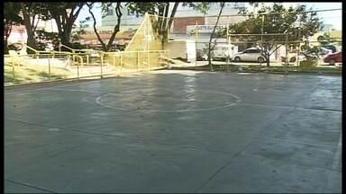 População reclama do abandono das quadras de esportes do Guará - Telas com buracos, pichações, mato, bancos quebrados e lixo são alguns dos problemas relatados pelos moradores da cidade.