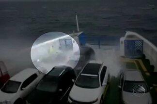 Capitania faz recomendações para quem vai fazer travessias pelo mar em dias de muito vento - Até as embarcações maiores estão sofrendo com a velocidade dos ventos em Salvador.