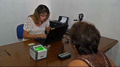Eleitores bolivianos que moram no Brasil podem votar sem voltar para país de origem - Os eleitores devem fazer um cadastro no consulado boliviano até o próximo mês