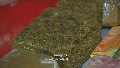 Dois homens são presos por flagrante de tráfico de drogas ma Vila União, em Campinas - Na noite de segunda-feira (12), a polícia prendeu dois homens na Vila União, em Campinas (SP), que possuíam uma grande quantidade de entorpecentes em uma residência. Os criminosos vão responder por flagrante por tráfico de drogas.