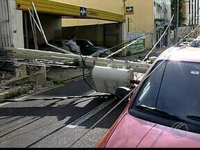 Ônibus derruba poste em Uberaba e deixa moradores sem energia elétrica - Acidente ocorreu na região central do município. Empresa do transporte coletivo afirmou que não houve vítimas.