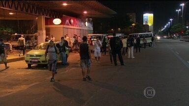 Passageiros sofrem com a falta de ônibus durante a madrugada no Rio - Na madrugada, o número de ônibus circulando pela cidade era pequeno. A greve de 48 horas dos rodoviários terminou na noite de quarta (14).