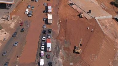 Rompimento de adutora na Avenida Pedro I interrompe serviço de água em bairros de BH - De acordo com a Copasa, uma máquina que executava obras do BRT em Venda Nova danificou a adutora.