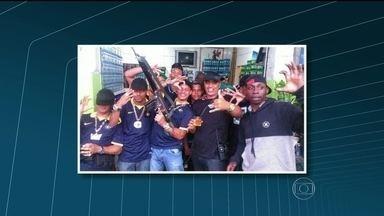 Polícia prende suspeitos de participação no tráfico de drogas no morro da Serrinha - Três suspeitos foram presos, identificados em fotos encontradas numa rede social, foram presos nesta terça-feira (20). Nas imagens, eles aparecem segurando armas em uma espécie de comemoração.