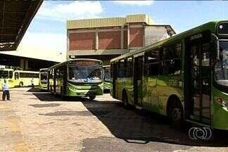 Usuários reclamam de fechamento de terminal de ônibus em Anápolis - Usuários do transporte coletivo reclamam de dificuldades enfrentadas por causa da mudança do terminal rodoviário de Anápolis.