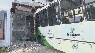 Ônibus invade loja em Campinas após motorista perder controle da direção - Um ônibus do transporte público de Campinas invadiu uma calçada e depois uma loja de móveis na Avenida Moraes Salles, entre os bairros Cambuí e Bosque, na madrugada desta quarta-feira.