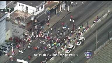 Greve de ônibus: segundo dia de caos em São Paulo - Estrada do M`Boi Mirim, na zona sul, está bloqueada no segundo dia greve dos motoristas de ônibus e cobradores na capital paulista. Corredores importantes, como Rebouças e Brigadeiro Faria Lima também estão interditados por manifestantes.
