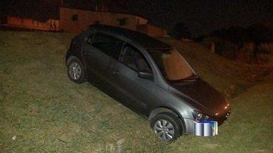 Homem é preso com carro roubado e explosivos na zona norte de São José dos Campos, SP - Durante perseguição policial, suspeito se jogou do veículo em movimento. Dinamites seriam utilizadas para explosões à caixas eletrônicos na região.