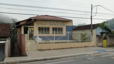 Paulinho da Escola mostra problema em cheche municipal de Barra do Piraí, RJ - Parceiro dos estudantes confere a reclamação de pais de alunos que cobram do poder público a inauguração da unidade, prometida e, 2013.