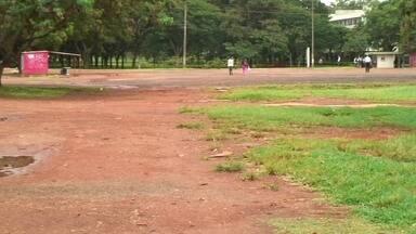 Moradores reclamam da falta de ônibus na Vila Telebrasília - Os moradores de Vila Telebrasília reclamam do transporte público na região de quatro mil habitantes. Os parceiros do DF mostram as dificuldades dos passageiros.