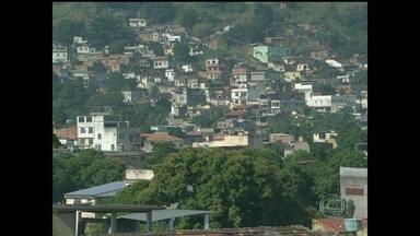 Polícia ocupa morro da Serrinha, em Madureira, há uma semana - Os agentes procuram Wallace de Brito Trindade, o Lacosta, chefe do tráfico na comunidade, entre outros bandidos. Segundo a polícia, ele agia com violência contra os desafetos. Até agora, 30 pessoas já foram presas na comunidade e região.